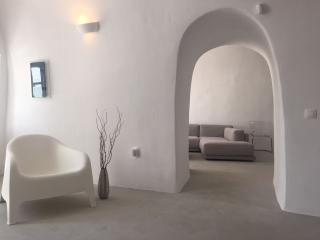 Our Island OASIS ! (2000 sq ft) Walk to Fira, Firostefani