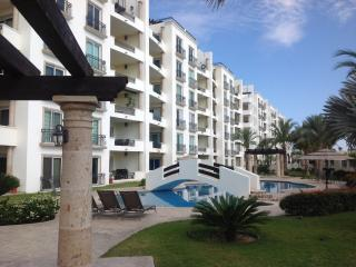 Luxury Condo just steps from the beach.Total Relax