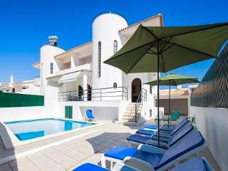 Villa Lourenco, 6 Bedroom Villa with pool near the beach with a/c and wifi