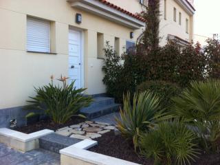Casa adosada con jardin y zona comunitaria.