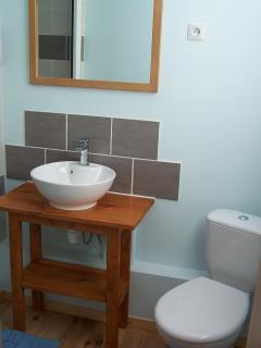 The en-suite bathroom with shower