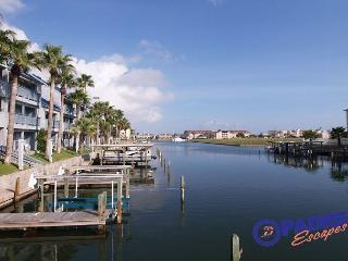 Waterfront Condo that overlooks the pool & close to Schlitterbahn, Corpus Christi