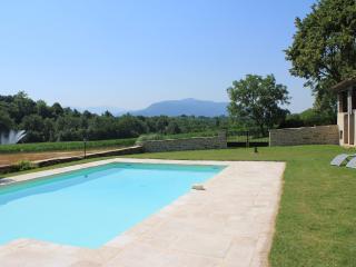 Notre piscine avec vue sur le Vercors, chauffée dès le mois de mai.
