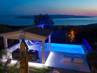 Stunning View/Heated Pool- Last Minute price!!, Makarska
