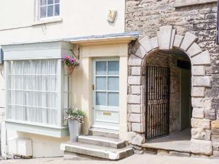 GRACE COTTAGE, studio apartment with king-size bed and castle views, near Yorksh