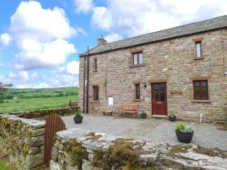FELL VIEW BARN, woodburner, enclosed gardens, pet-friendly, near Kirkby Stephen, Ref 918671