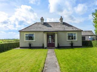 HOLLYWELL, detached cottage, two woodburners, lawned garden with furniture, good touring base near Roscommon, Ref 923970