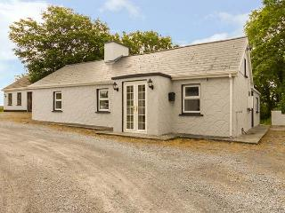 ORCHARD COTTAGE, detached, ground floor, open fire, en-suite, near Shannon Estua