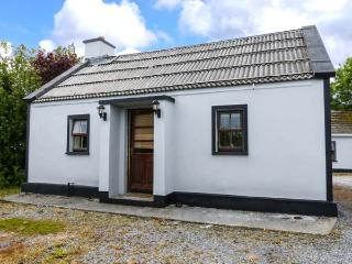 GARDEN VIEW, detached, ground floor, open fire, close to estuary crossing, near Kilrush, Ref 926372, Killimer