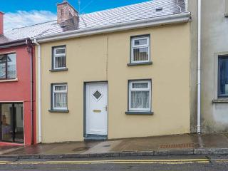 TAILOR'S COTTAGE, mid-terrace, open fire, enclosed garden, close to amenities in Cahersiveen, Ref 926954