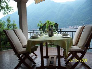 Villa sleeps 8 has 2 floors  free WIFI 3 balcony's 5 bedrooms 3.5 bathrooms 2 kitchens 2 livingrooms