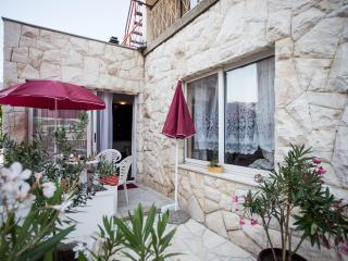 Spacious 1BD Apartment in Kastela, Kastel Luksic