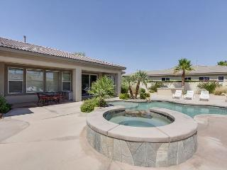 3BR House with Fabulous Salt Water Pool & Hot Tub, Sleeps 8, Palm Desert