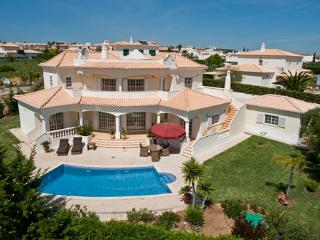 Villa Carvalho, 5 bedroom holiday villa with pool near the beautiful beach