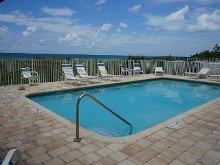 Newly refurnished condo available in May - Direct Beachfront!, Indian Rocks Beach