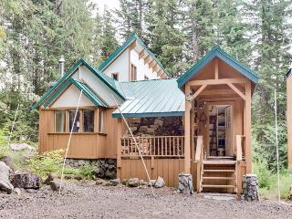 Cozy, riverfront cabin w/ private hot tub, close to ski access!, Government Camp