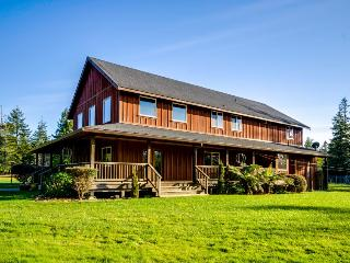 Elegant & dog-friendly country lodge among redwoods with horse pasture!