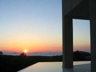 Villa con piscina e vista tramonto vicino al mare, Sant Josep de Sa Talaia