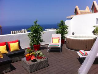 OUTDOOR JACUZZI in a top floor apartment, sea view, Funchal