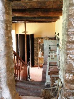 La scala in legno e le mura in pietra viva