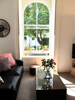 Stylish Garden Getaway with Parking in City Centre