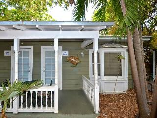 Ibis Suite - Private Hideaway w/ Shared Hot Tub & Grill. One Block from Duval, Key West