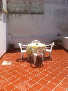 terrazzo con tavolino per prima colazione