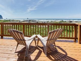 Oceanfront, dog-friendly cottage on pebble beach!, Cape Meares