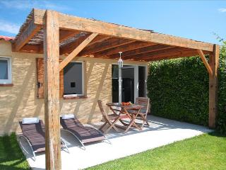 """très jolie mini-villa  """"amarylis""""studio avec jardin privatif à 5 min des plages"""