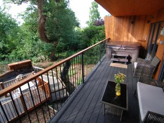 OAKS RETREAT: Luxury Romantic Woodland Lodge, Private Spa & Outdoor Fire Pit/BBQ