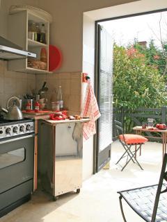 la petite cuisine de 9 M2 , donnant sur les terrasses
