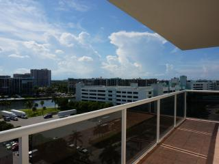 LARGE 2/2 CONDO IN HOLLYWOOD BEACH, Hollywood
