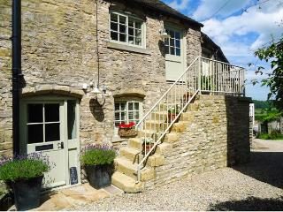 IN AND OUT COTTAGE, romantic, character holiday cottage, with open fire in Middleham, Ref 1581