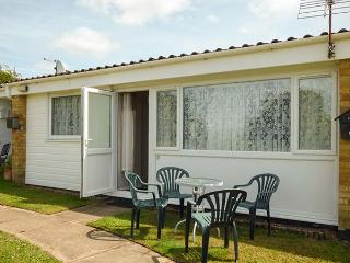THE MIA, chalet, pet-friendly, shared grounds, near Burgh Castle, Ref 914597