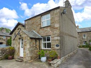 CROFT COTTAGE, Sky TV, WiFi, charming cosy cottage in Hutton Roof, Ref. 91909