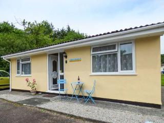 LIFE'S A BEACH, bungalow on holiday village, pet-friendly, fishing lake and