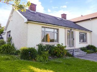 ASH DRIVE HOUSE, woodburner, off road parking, comfortable family cottage near Ballycanew, Ref. 925894, Ardamine