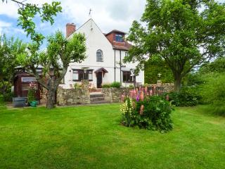 PRINGLES ORCHARD, detached, woodburner, pond and stream in garden, near Peak District in Carlton-in-Lindrick, Ref 926068