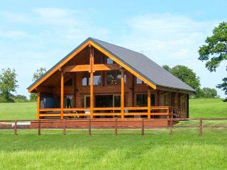 HAMPTON LODGE, single-storey, luxury lodge, large bedrooms, hot tub, country views, in Ellesmere Ref 925718