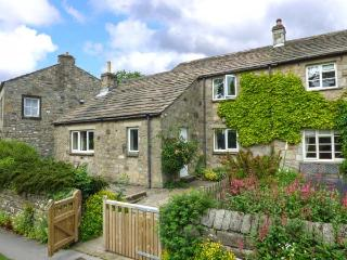 THE SYCAMORES, stone cottage with open fire, overlooks green and river, close, Burnsall
