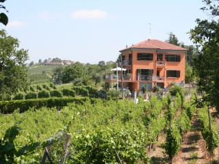 Villa I Due Padroni apartment with pool, Montecalvo Versiggia
