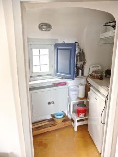 'Sunny Winehouse'  the small kitchenette