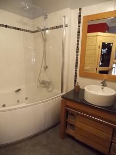 Niveau 3 : la salle de bain, de la suite scandinave,  du gîte de Commercy