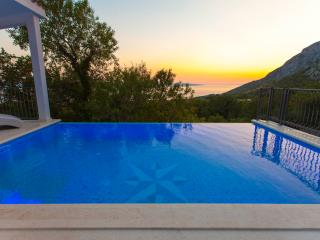 Stunning View/Heated Pool- Last Minute price!!, Makarska