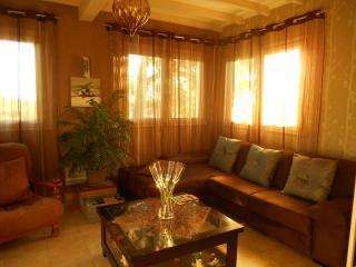 le salon confortable et spacieux au coucher du soleil.