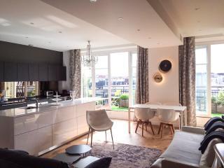 Luxury apt. Le Marais-Beaubourg. 2BR/2BA. Balcony