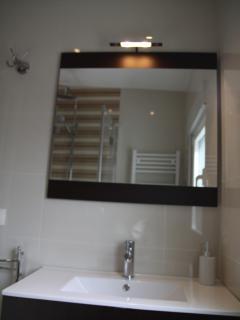 Amplio espejo en el baño, y mueble para guardar lo que desees