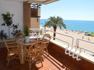 ROSA, LLORET BEACHFRONT CITY CENTER, FREE WiFi, Lloret de Mar