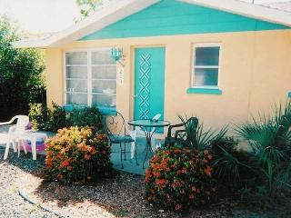 Cute and Cozy 2/1 Cottage with shared Pool, Anna Maria