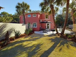 Folly Beach townhouse, near the beach, restaurants and pet friendly!